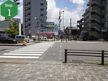 JR「八田駅」ロータリーのある南側出口を出て左に行き、信号を渡り右折します。(※や台ずしの方角へ直進)
