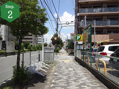 茶色いマンションがある2本目の曲がり角を右折します。