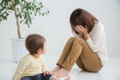 泣く親を見つめる子供