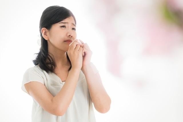 花粉症で鼻水に悩む女性